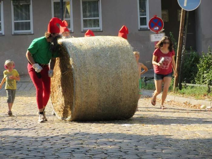【ベルリン】巨大な干し草ロールを転がす!個性的な祭り「ポプラーチ」