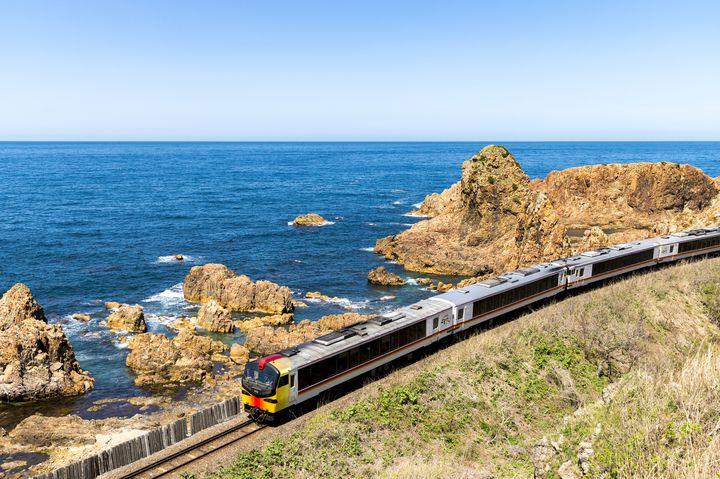 """冬の旅は電車でのんびりと。海と山を堪能する五能線""""リゾートしらかみ""""に乗ろう。"""