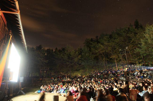 【終了】ゴールデンウィークの思い出に!山梨県で「夜空と交差する森の上映会」今年も開催