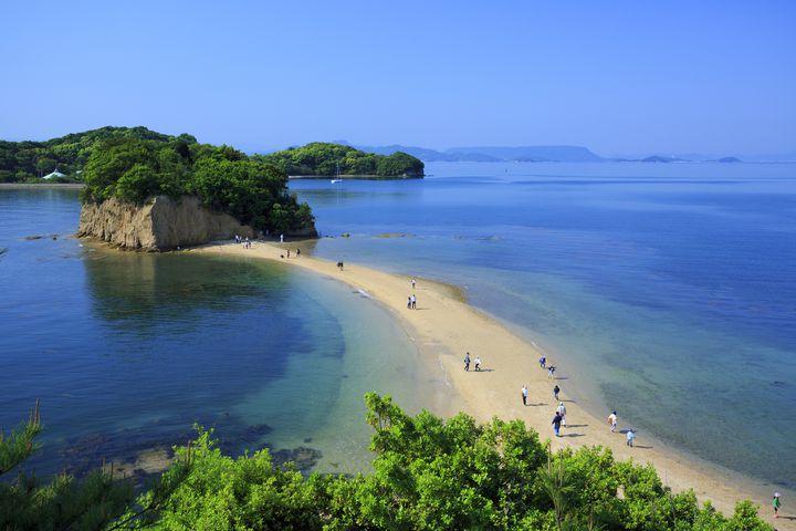 """えっ、海が割れる?日本で""""トンボロ現象""""を見ることができるスポット7選"""