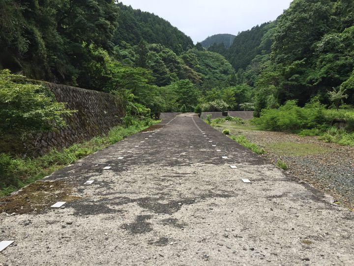 高原リゾートで見つけた、時が止まった廃駅「旧東青山駅」