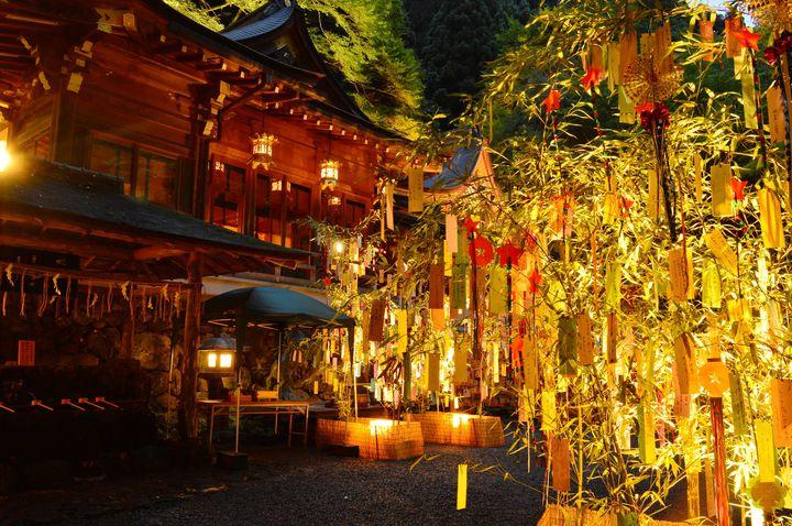 短冊に願いを込めて。京都・貴船神社で「七夕飾りライトアップ」開催