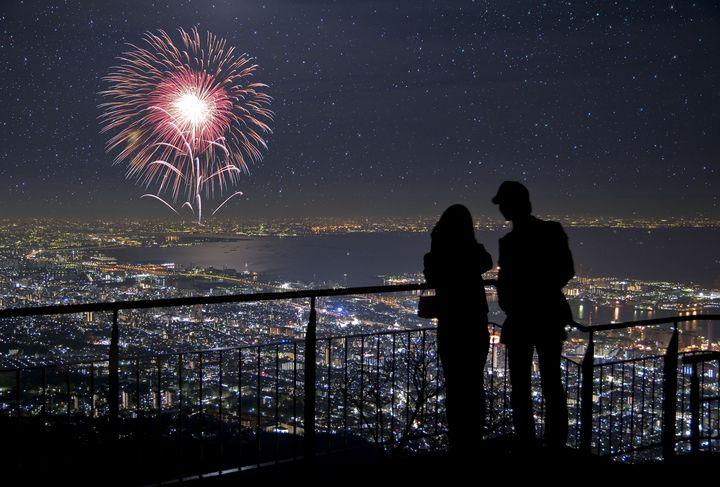 """花火に照らされるキミの横顔。東京都内で""""花火大会""""を楽しむデートプラン8選"""