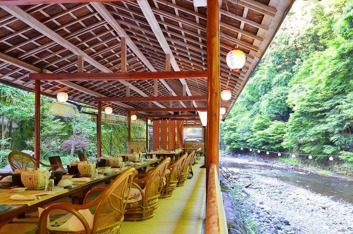 """今年の夏旅は""""涼""""がコンセプト。日本国内「川床で食事が楽しめる宿」8選"""