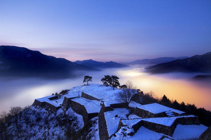 """孤独な人の、人生は美しい。日本全国の""""冬のひとり旅""""で巡りたい8つの絶景スポット"""