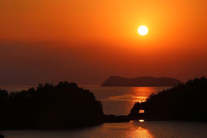 """夕日が目に焼き付くとはまさにこのこと。山口県""""笠戸島""""の冬の絶景はここ"""