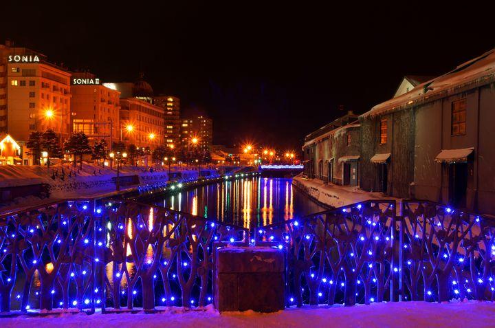 【開催中】青の光に包まれる幻想的な空間。北海道で「小樽ゆき物語」開催