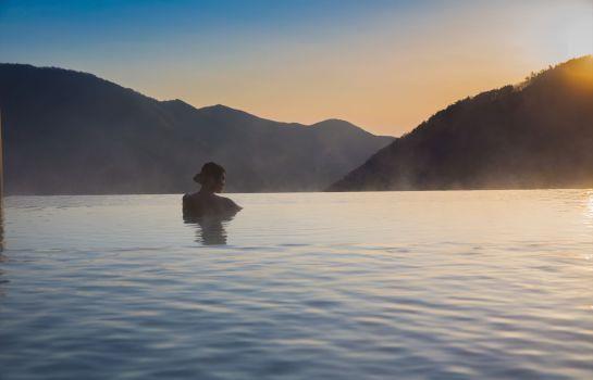 """絶景と温泉を独り占めする時間。至極の""""インフィニティ風呂""""がある宿12選"""