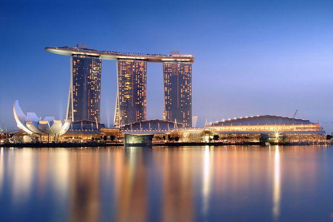 さまざまな民族や宗教を持つ人々が共存しながら、経済的発展を遂げたシンガポールを象徴するような、観光名所としても人気が高い「マリーナベイサンズ」。
