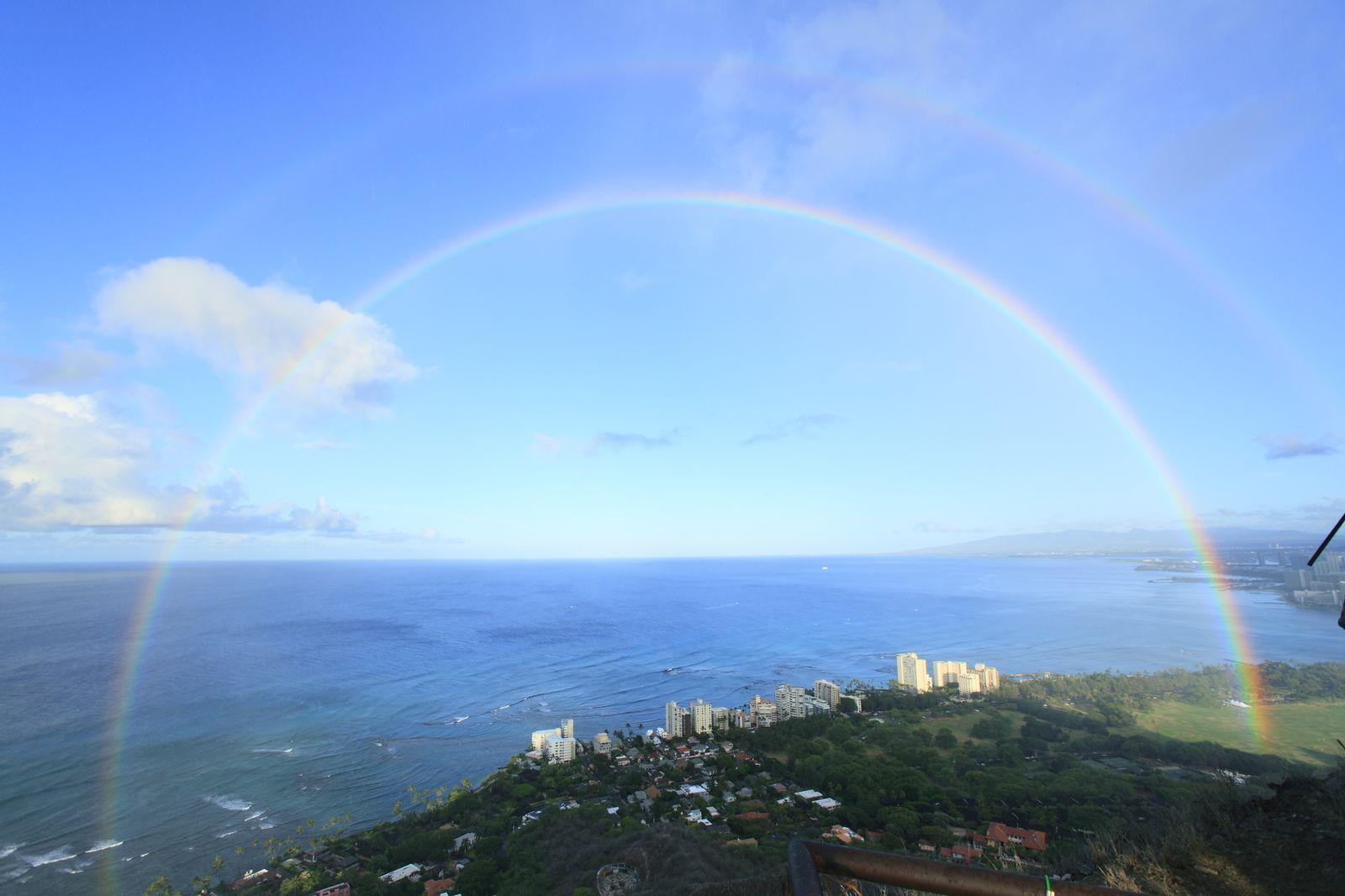 ちなみにハワイは別名「Rainbow State(虹の州)」と呼ばれ、車のナンバープレートにも虹のイラストが描かれているほど、よく虹が出る場所ですが、とりわけダイヤモンドヘッドの山頂から見る虹は最高!