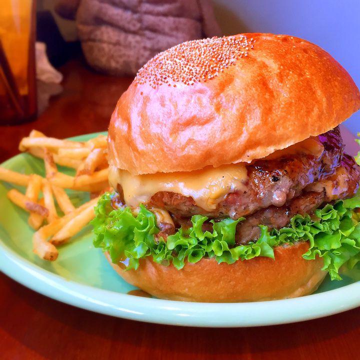 """あなたはどこのハンバーガーがお好き?日本全国""""ハンバーガーの名所""""VS対決"""