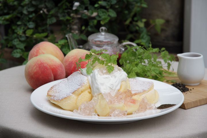 夏限定の幸せのパンケーキ!「国産白桃のローズヒップピーチパンケーキ」登場