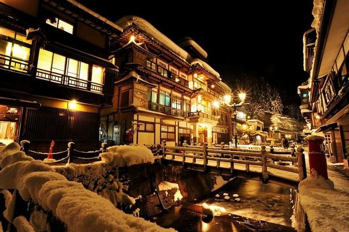 冬の夜の雪景色は本当に美しくて心を奪われてしまいそうです。