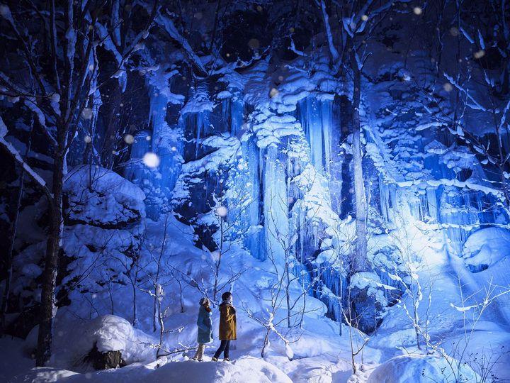 冬の夜だけの絶景を堪能。星野リゾート奥入瀬渓流ホテル「氷瀑ライトアップツアー」開催