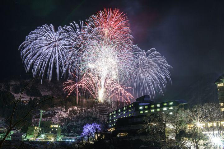 【開催中】冬の夜空を鮮やかに彩る。富山県の「宇奈月温泉冬物語・雪上花火大会」が今年も開催