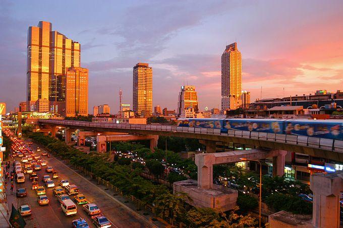 「東南アジアのハブ」といわれるタイ王国の首都バンコクは、歴史的な仏教寺院と高層ビルが共存し、観光都市としても人気が高い。