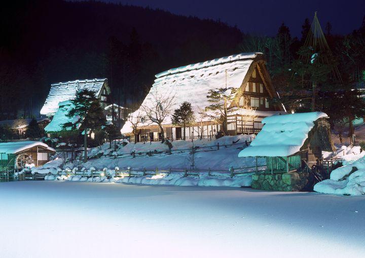 【開催中】雪と合掌造り家屋が作り出す幻想的な美しさ。「飛騨の里 冬のライトアップ」開催