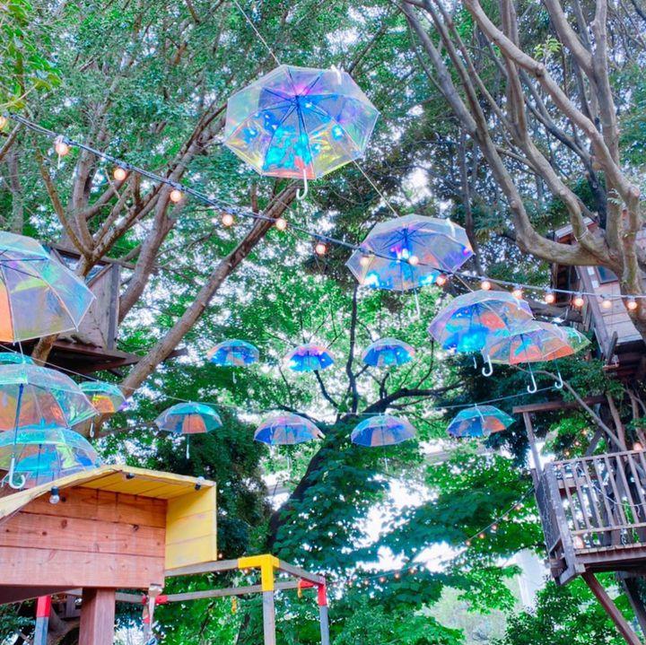 【開催中】オーロラの傘を使った非日常空間。千葉で「Wrapping komuna ~万華鏡の空~」開催