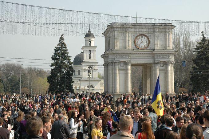 勝利の凱旋門のすぐ後ろに見えるのがキシナウ大聖堂と鐘楼です