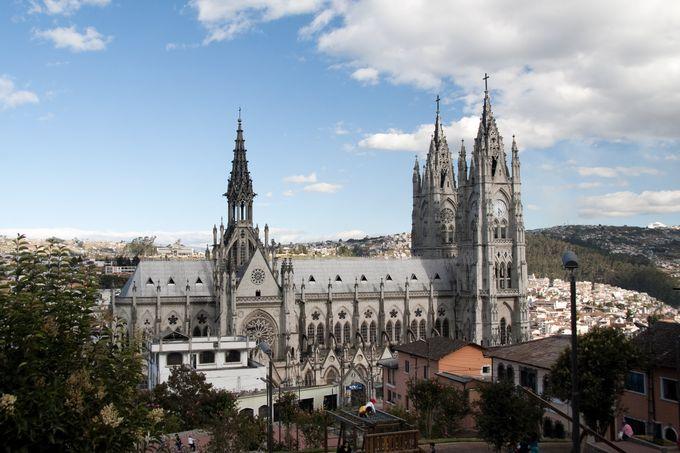 パシリカ教会の外観。二つの塔がはっきり見えます。