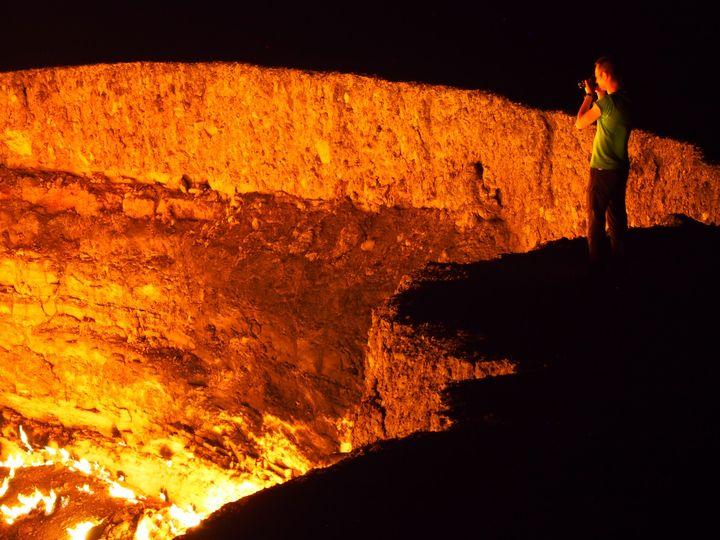 燃え続ける大地の穴!トルクメニスタンの「地獄の門」で野宿してみた
