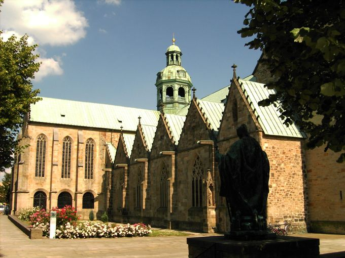 ドイツの世界遺産ランキング第14位は「ヒルデスハイムの聖マリア大聖堂と聖ミカエル教会」。北ドイツ特有の木骨レンガ構造の美しい建物が並んでいます。