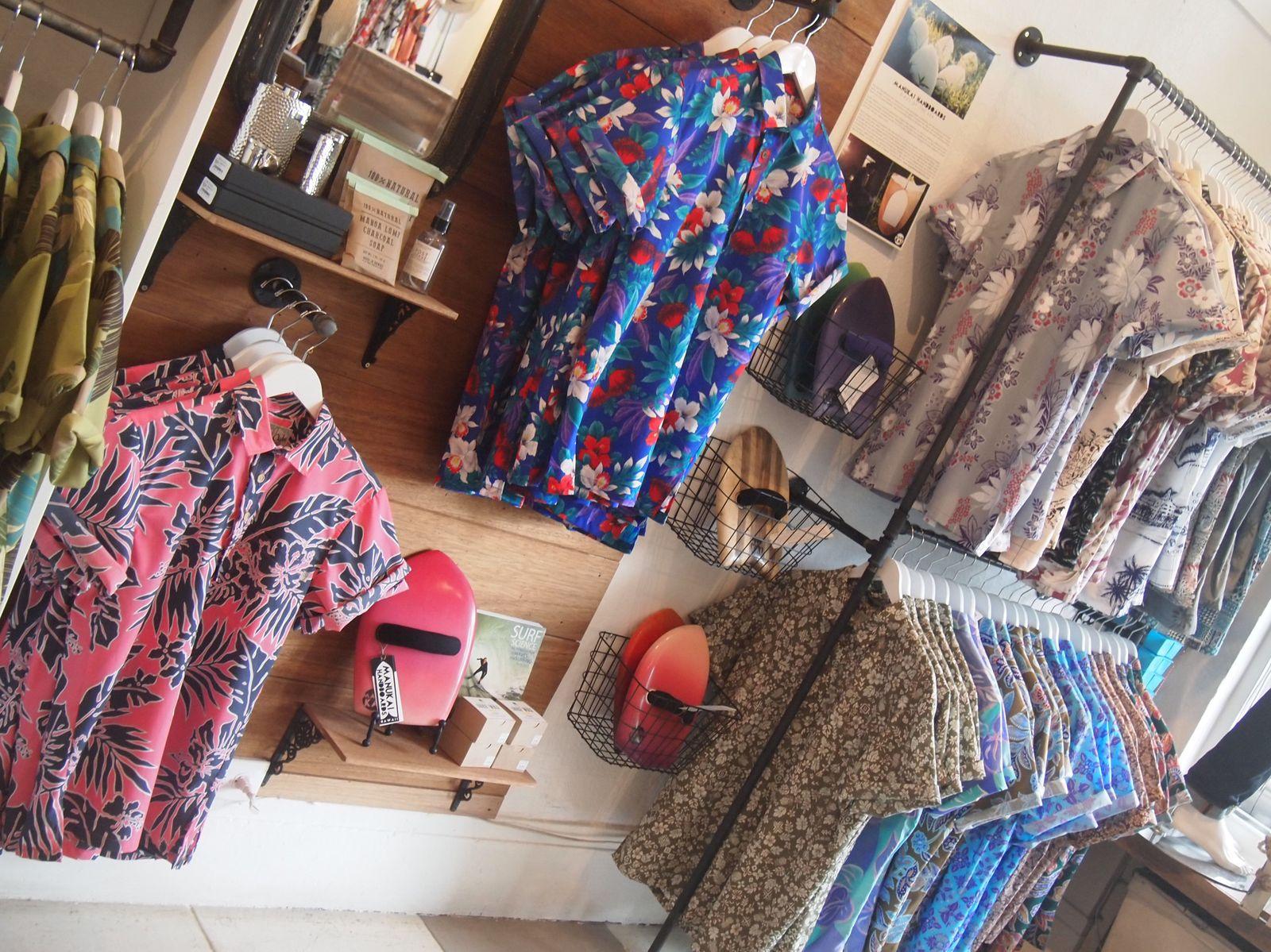 近くには洗練された服や小物の並ぶセレクトショップもたくさん。こちらの「Roberta Oaks」はハワイのローカルデザイナーの手によるオリジナルブランドで、今では全米に100店舗以上も広がっている人気店。センス抜群のアロハや、女性用のワンピースなど目移りしてしまいます。