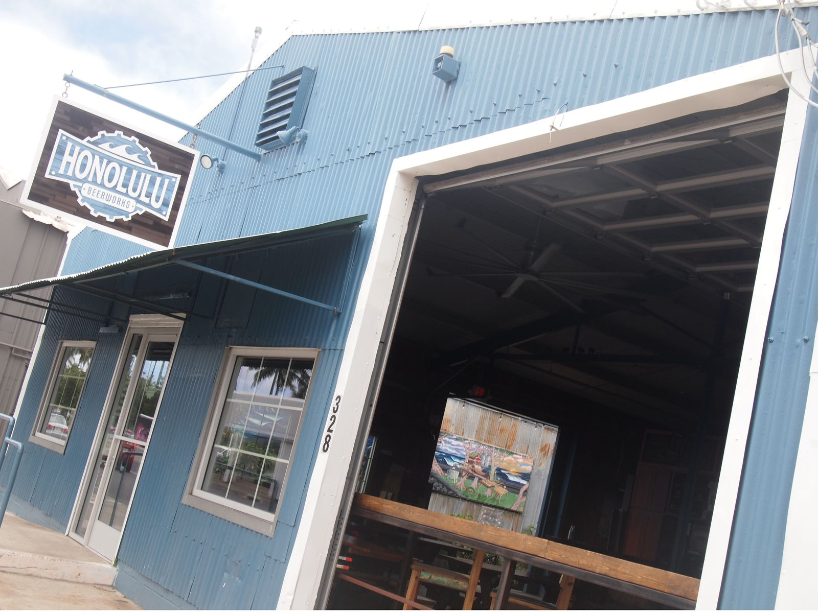 カカアコには、ブリュワリーを併設するビアホール「HONOLULU BEERWORKS」も!