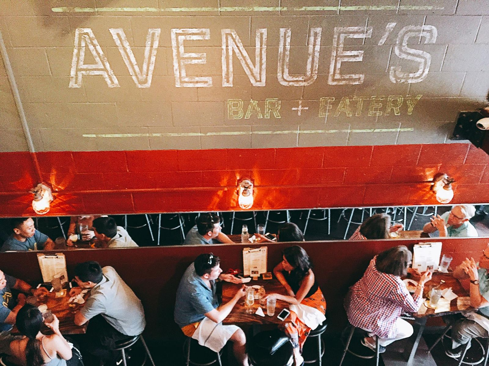 素敵なお店がたくさんありすぎるので、今回は、1店舗だけオープンしたてのバー「AVENUE'S BAR + EATERY」をご紹介。