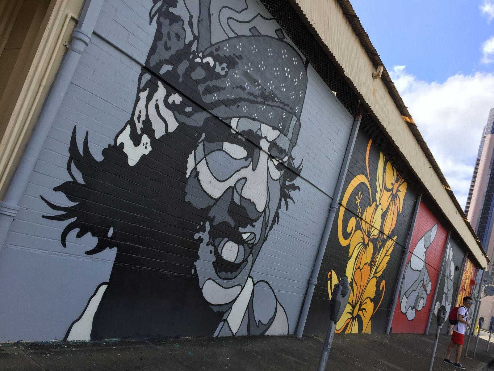 カカアコはストリートアートで注目のエリア。もともと倉庫街であった街並に色鮮やかな様々なテイストの絵が描かれていて、お気に入りを探しては写真に撮って、インスタなどにアップするだけでも楽しい。そのうえ、地元のアーティストやクリエイターの作品を買える「ART+FLEA」や、路上パフォーマンスで盛り上がる「Pow! Wow! HAWAII」など、定期的にアートイベントも行われており、目が離せません。