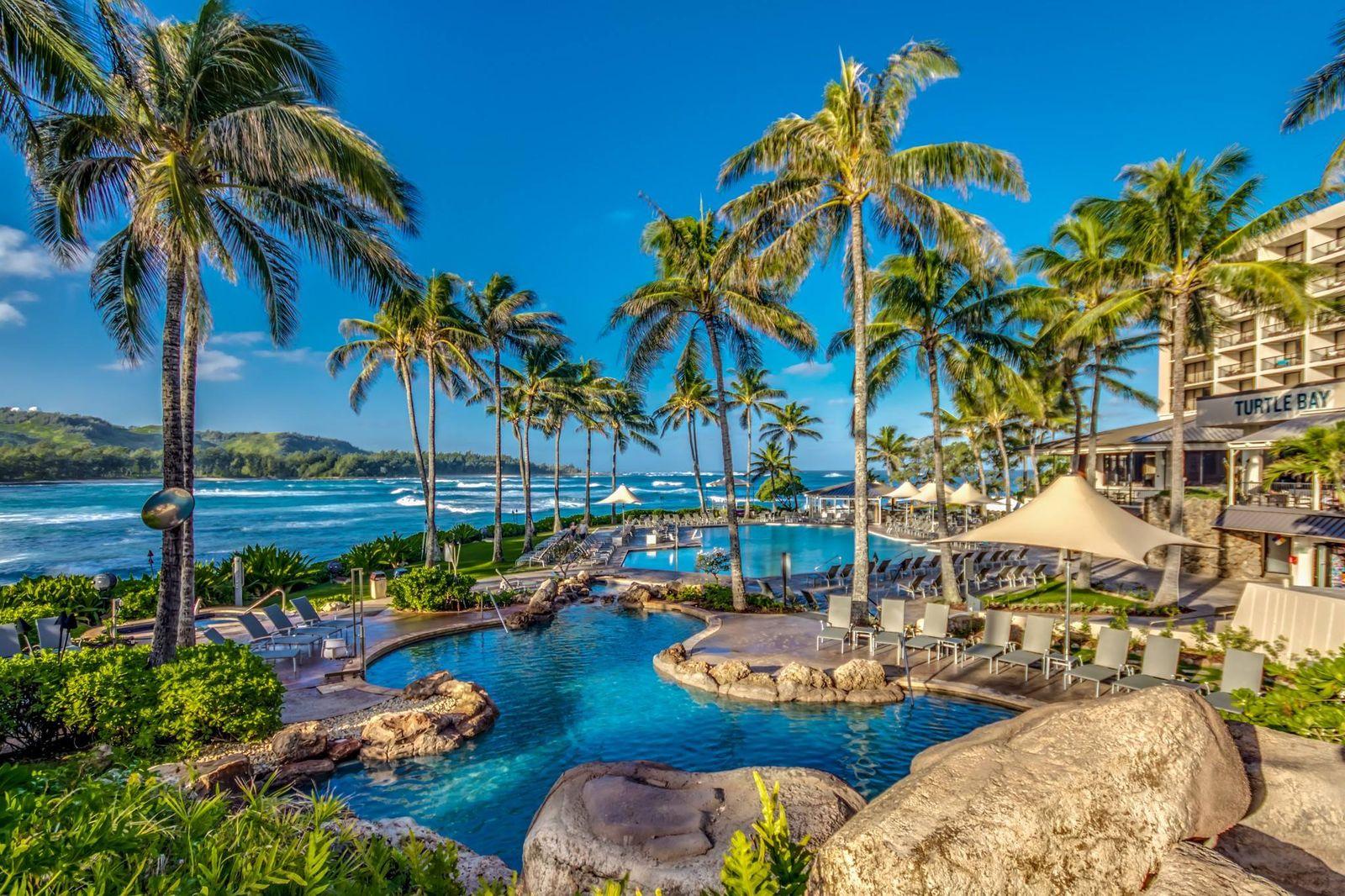"""リゾート内のプールで泳いだり、ビーチでサーフィンやSUP、カヤックに挑戦するなど、""""海""""のアクティビティを楽しむのもいいですが、せっかくなので沢山の選択肢がある""""陸""""のアクティビティも体験したいところ。"""