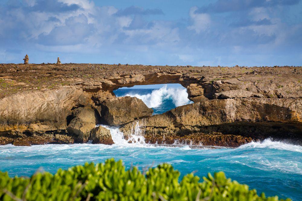 ハレイワの町から沿岸添いに、エビの養殖で知られるカフクを抜け、ライエまでいくと、こんな圧倒的な景観に出会うことも。「Laie Point State Wayside Park」は、遠浅の海に白い砂浜というハワイのビーチの定番的なイメージを覆し、こんな荒々しい側面もあるのだと気づかせてくれます。