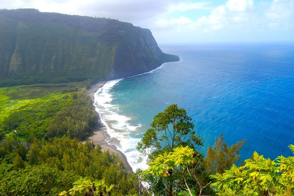 カメハメハ大王が幼少期を過ごした聖地「ワイピオ渓谷」。ハワイ島で随一の緑豊かな場所で、展望台からのこの眺めの素晴らしさは、ガイドブックなどで目にしたことのある方も多いかもしれません。ちなみにこちら、ヘリコプターツアーで巡っても最高なんですよ!