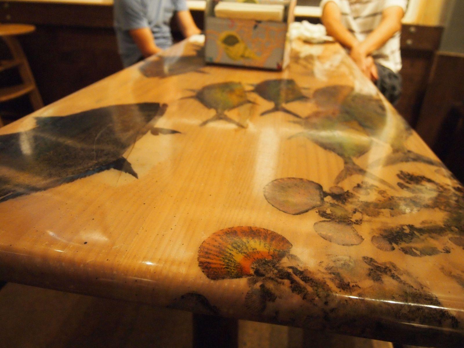 テーブルのプリントもリゾート感たっぷり。カジュアルな店内ではローカルのサーファーと相席になることもあり、おしゃべりも弾みます。