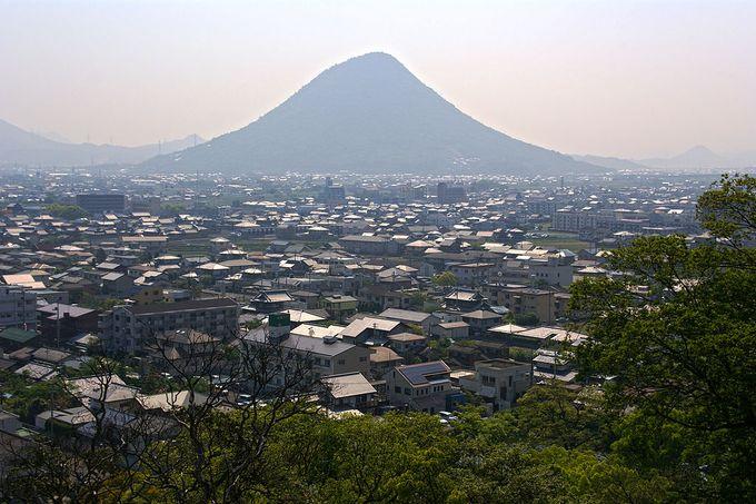 丸亀城から望む丸亀市街と飯野山(讃岐富士)