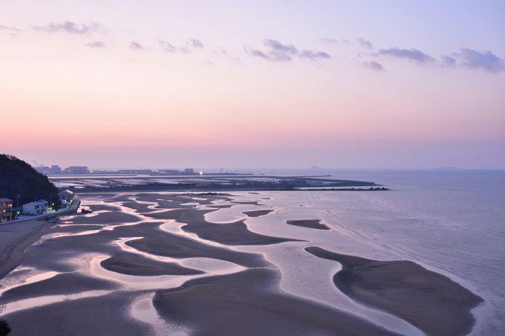 早朝が狙い目!兵庫県「新舞子海岸」の干潟と朝日が織りなす芸術が美しい