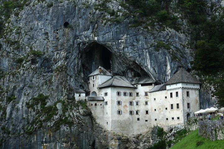 断崖絶壁に建っている城。