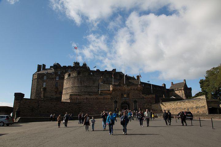 火山岩で建てられ、死火山の噴火口をふさぐように建っている、観光客も多く訪れるお城です。