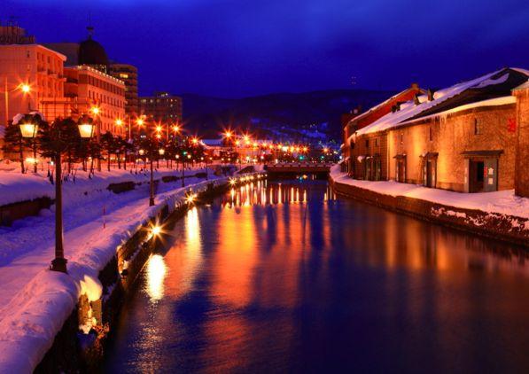 運河沿いにガス灯が灯されており、通年を通してノスタルジックな景観を楽しむことができます。そんな中でも、やはり冬の小樽運河は絶景の一言。