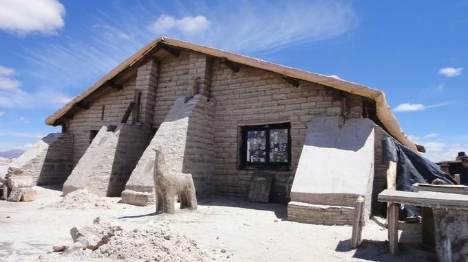 ウユニの塩のホテルほどではないですが、塩で出来た家もあるようです。塩の塊を削ってつくられた置物などのお土産も売っています。
