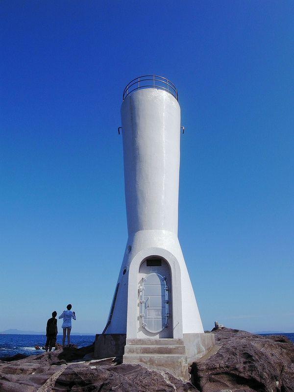 県立城ヶ島公園から下の海へ下りると、岩場の上にある小さな灯台です。高さ11mの灯台ですが、光は20km先まで届くとか。海岸の景色も楽しめますので、ぜひ近くまで降りてみてください!
