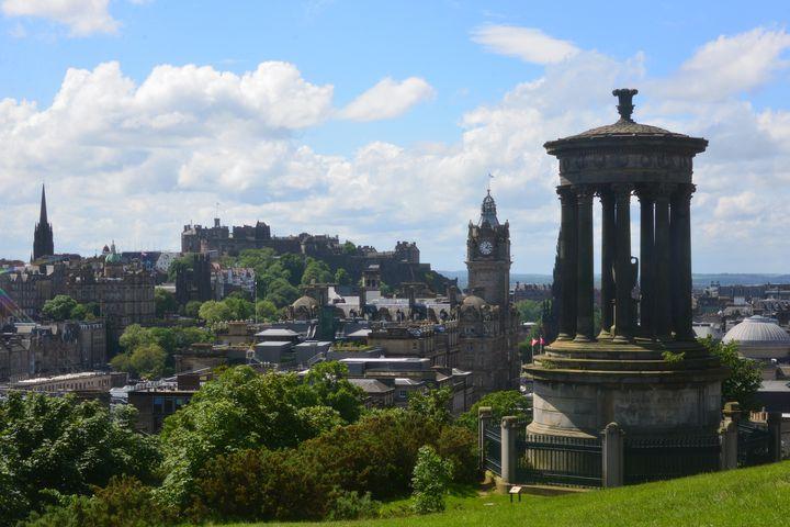 スコットランドはイギリス(グレートブリテン及び北アイルランド連合王国)を構成するカントリーのうちの一つで、首都はエディンバラという都市です。上の写真はエディンバラのもので、スコットランドの代表的な風景は荒涼とした大地。その中にロスリン礼拝堂は建っています。