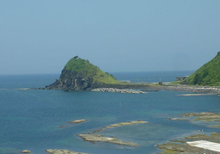 「ピクライト質玄武岩」というめずらしい岩石でできています。遠くからでも小木半島の先端にぽこっと見えます。約1300年から1400年万年はこの辺りは海底で、火山活動が活発に起こっていたものと考えられます。「枕状溶岩(まくらじょうようがん)」という命名は、この小木半島で名づけられたとか。英語ではPillow Lavaといいます。
