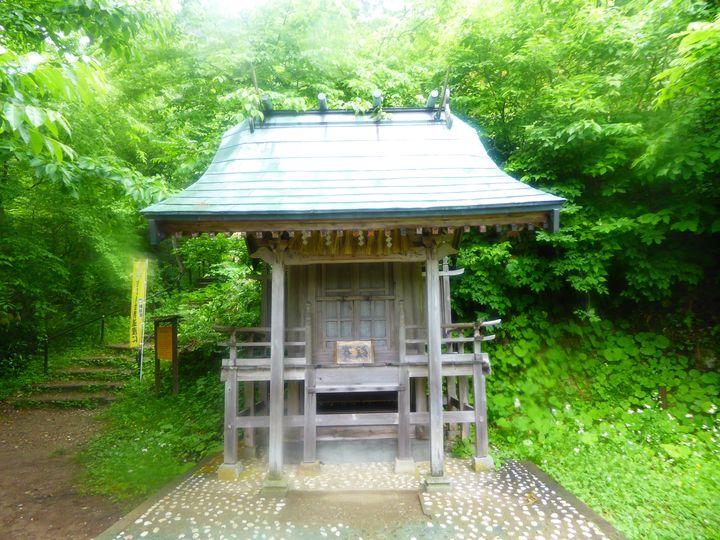 この辺り一帯は、明治に佐渡鉱山の初代局長となった「大嶋高任(たかとう)」の偉業を称えて「高任地区」と呼ばれています。山の神「大山祗神社」の分社として「高任神社」と名付けたといいます。