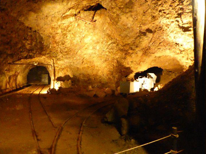 平成元年の休山までこの位置より鉱石が積み出されていました。道遊の割戸の真下になります。