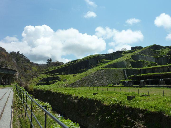昭和12年に完成した東洋一と言われた選鉱場。ひとことでいうと「明治から昭和初期の日本を支えた金鉱石の選別を行っていた鉱山施設群跡」ということになります。