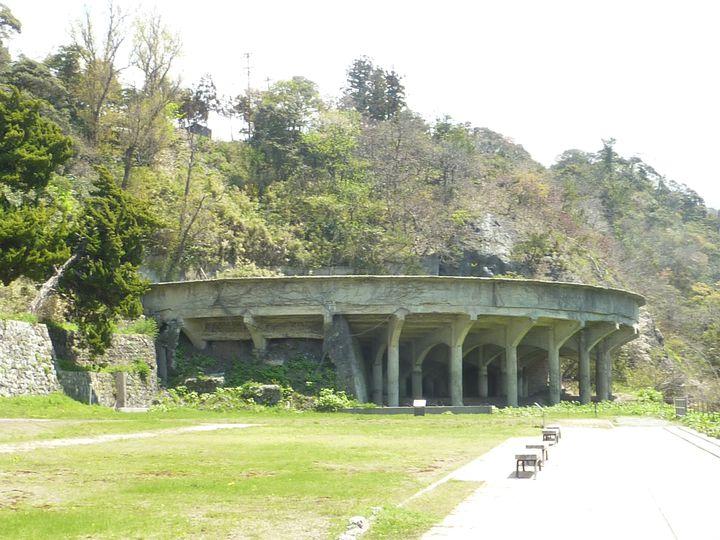 昭和15年の増産体制時に建設された泥鉱を鉱物と水に分離する装置で、国の指定史跡になっています。他にもいくつかありましたが、現存はこちらだけです。