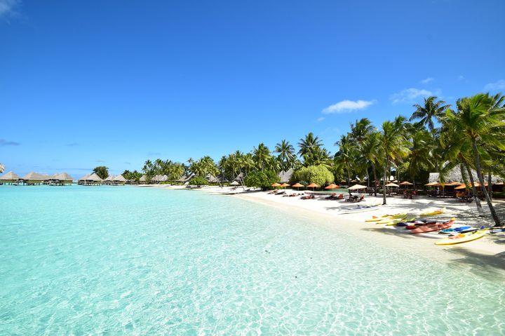 """バケーションといったらここ!ハネムーンにもおすすめしたい美しき""""ボラボラ島""""の人気ホテルランキング第14位は、「Hotel Matira(ホテルマティラ)」。こちらのホテル「ホテルマティラ」もリーズナブルな価格で宿泊できるコテージです。清潔にきちんと手入れされており、目の前はビーチが広がる最高の場所です。なんといっても朝食のクロワッサンが美味しいと人気です。"""