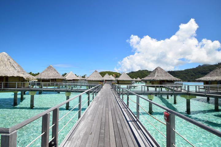 """バケーションといったらここ!ハネムーンにもおすすめしたい美しき""""ボラボラ島""""の人気ホテルランキング第12位は、「Bora Bora Lagoon(ボラボララグーン)」。こちらのホテル「ボラボララグーン」もリーズナブルで人気の高い水上バンガローです。大きなバスタブがあり部屋での居心地度も高めで、お部屋から直接海に飛び込めるのもオススメポイント。プライベートリゾート気分を満喫できます。"""