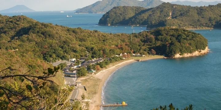 瀬戸内海・直島の琴弾地海岸に立ち並ぶ3つのタイプの離れ宿